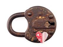 Cadeado e coração oxidados em um fundo branco Fotografia de Stock