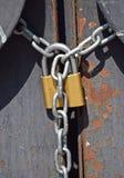 Cadeado e corrente em uma porta do metal Imagens de Stock Royalty Free