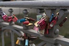 Cadeado em trilhos do metal como o símbolo do amor Foto de Stock Royalty Free