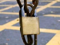 Cadeado em uma corrente oxidada Foto de Stock Royalty Free