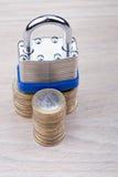 Cadeado em uma pilha de moedas Imagem de Stock