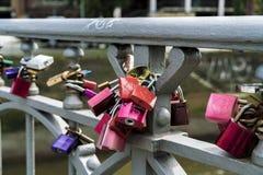 Cadeado na balaustrada da ponte como o símbolo do amor Foto de Stock