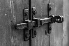 Cadeado na porta da garagem Porta fechado no castelo Vintage, velho Dobradiças de porta closed imagem de stock