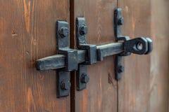 Cadeado na porta da garagem Porta fechado no castelo Vintage, velho Dobradiças de porta closed imagens de stock royalty free