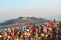 Cadeado no parque público da montanha de Namsan em Seoul central, Coreia do Sul Vista da torre de N Seoul no fundo imagem de stock