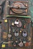 Cadeado no quadrado de Europa, com uma porta ao forno, com a inscrição Varsóvia, Fink imagens de stock royalty free