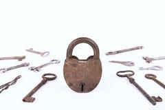 Cadeado oxidado antigo com a coleção das chaves isolada no fundo branco Fotos de Stock