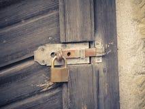 Cadeado oxidado da porta imagens de stock royalty free