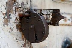 Cadeado oxidado velho em uma porta resistida fotos de stock royalty free