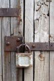 Cadeado oxidado velho na porta de madeira Imagem de Stock
