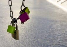 Cadeado que penduram da ponte Fotografia de Stock