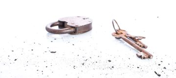 Cadeado velho com chaves no fundo branco, objetos oxidados, retros Imagem de Stock