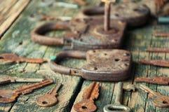 Cadeado velho e chaves no fundo de madeira Foto de Stock Royalty Free