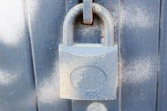 Cadeado velho na porta de madeira foto de stock royalty free