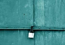 Cadeado velho na porta do metal no tom ciano fotos de stock