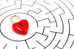 Cadeado vermelho do coração no fundo do labirinto com espaço da cópia fotografia de stock