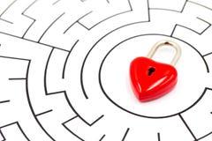 Cadeado vermelho do coração no fundo do labirinto com espaço da cópia imagens de stock royalty free
