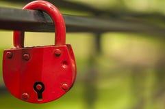 cadeado vermelho na forma de um coração, em uma tubulação do metal foto de stock royalty free