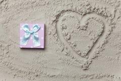 Cadeau à côté de symbole de forme de coeur Photo libre de droits