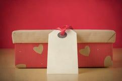 Cadeau affectueux dans la boîte modelée par coeur Photographie stock libre de droits