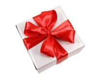 Cadeau argenté avec la proue rouge Photographie stock