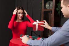 Cadeau attrayant à une belle femme dans le restaurant photographie stock libre de droits