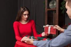 Cadeau attrayant à une belle femme dans le restaurant photo stock