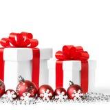 Cadeau avec des boules de Noël Image libre de droits