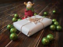 Cadeau avec des boules de Noël et un élan Photos libres de droits