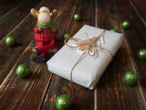 Cadeau avec des boules de Noël et un élan Images stock