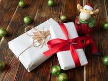 Cadeau avec des boules de Noël et un élan Image stock