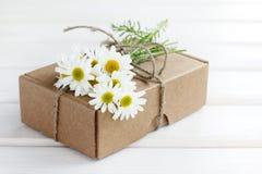 Cadeau avec des fleurs Photos stock