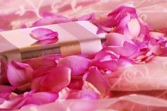 Cadeau avec des roses Photo libre de droits