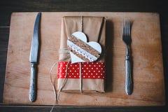 Cadeau avec du charme pour la Saint-Valentin sur une table Photos stock