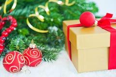 Cadeau avec l'arbre et les billes de Noël Image libre de droits