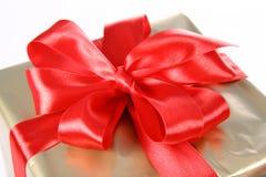 Cadeau avec la proue rouge Photo libre de droits