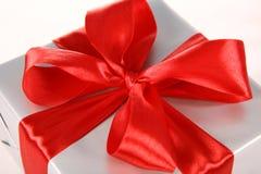 Cadeau avec la proue rouge Photographie stock