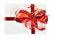 Cadeau avec la proue rouge d'isolement Photo libre de droits