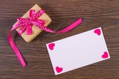 Cadeau avec le ruban et lettre d'amour pour le jour de valentines Photos libres de droits