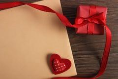 Cadeau avec le ruban et lettre d'amour pour le jour de valentines Photographie stock