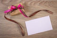 Cadeau avec le ruban et lettre d'amour pour le jour de valentines, l'espace de copie pour le texte Image stock