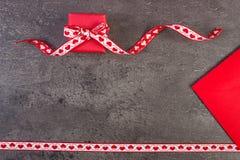 Cadeau avec le ruban et lettre d'amour pour le jour de valentines, l'espace de copie pour le texte Photographie stock