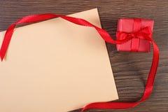 Cadeau avec le ruban et lettre d'amour pour le jour de valentines, l'espace de copie pour le texte Photographie stock libre de droits
