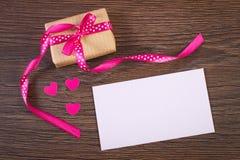 Cadeau avec le ruban et lettre d'amour pour le jour de valentines, l'espace de copie pour le texte Photo stock