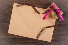 Cadeau avec le ruban et lettre d'amour pour le jour de valentines, l'espace de copie pour le texte Image libre de droits