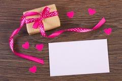 Cadeau avec le ruban et lettre d'amour pour le jour de valentines, l'espace de copie pour le texte Photos libres de droits