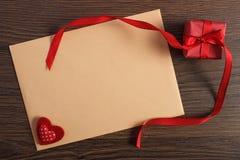 Cadeau avec le ruban et lettre d'amour pour le jour de valentines, l'espace de copie pour le texte Images stock