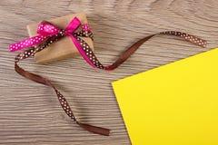 Cadeau avec le ruban et lettre d'amour pour le jour de valentines, l'espace de copie pour le texte Images libres de droits