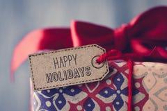 Cadeau avec un label avec le texte bonnes fêtes Photo stock