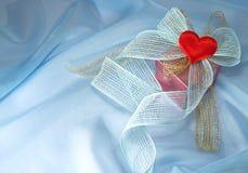 Cadeau avec une proue et un coeur Images libres de droits